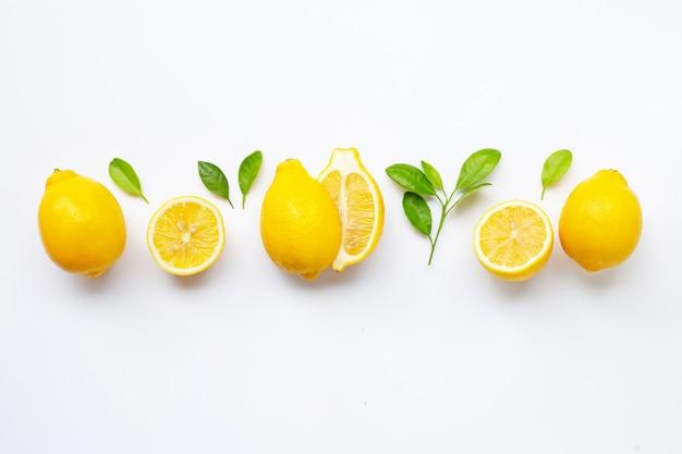 Limão fresco com folhas isoladas no branco