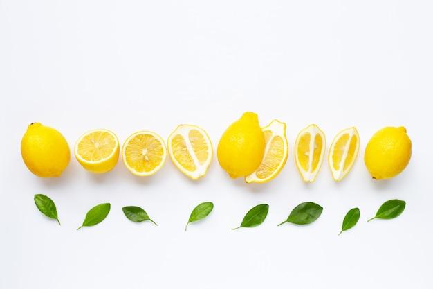 Limão fresco com folhas isolado no branco