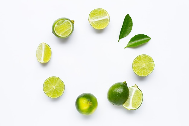 Limão fresco com folhas