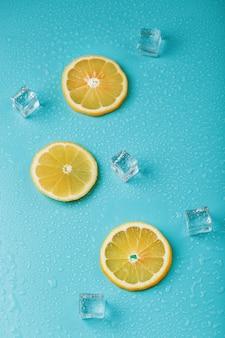 Limão fresco com gelo e gotas