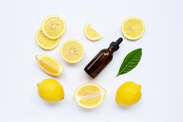 Limão fresco com óleo essencial de limão em um fundo branco.
