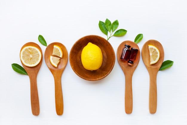 Limão fresco com óleo essencial de limão.