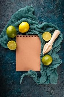 Limão fresco com vara de espremedor de citrinos.