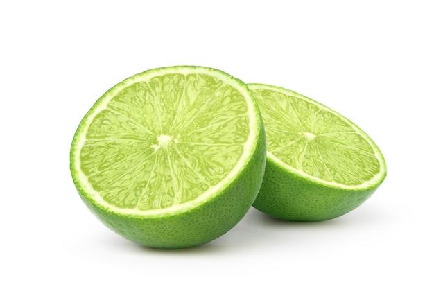 Limão fresco cortado ao meio, isolado no fundo branco.