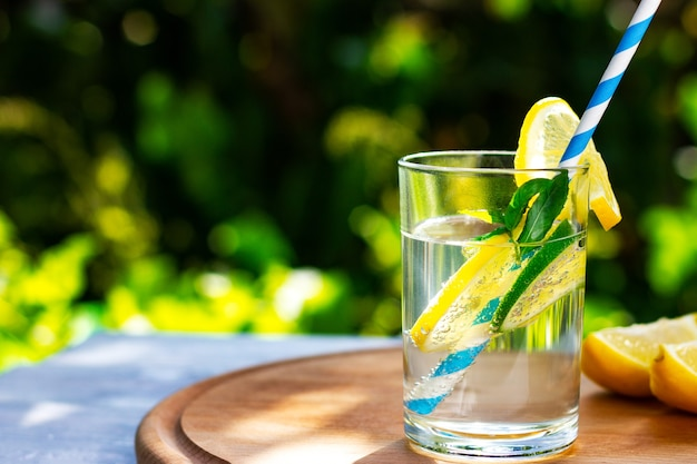 Limão fresco de verão e bebida de lima com canudo