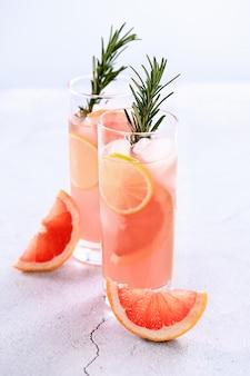 Limão fresco e alecrim em combinação com sumo de toranja fresco e tequila.