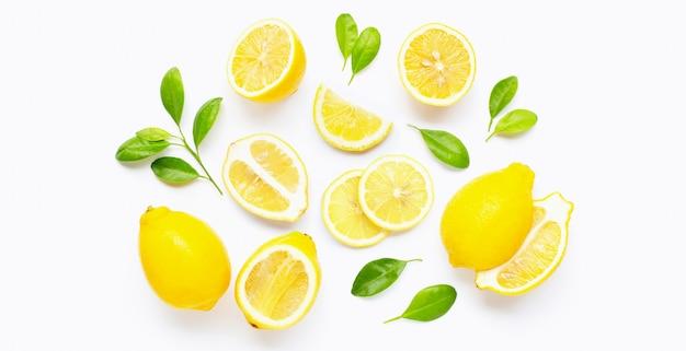 Limão fresco e fatias com folhas
