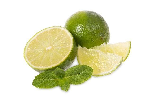 Limão fresco e hortelã em um fundo branco