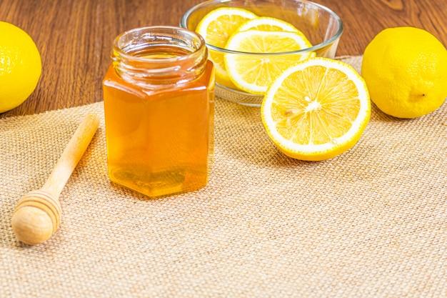 Limão fresco e mel na mesa