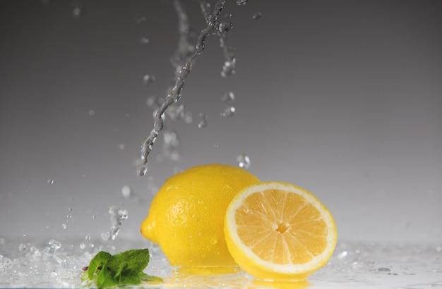 Limão fresco e spray de água.