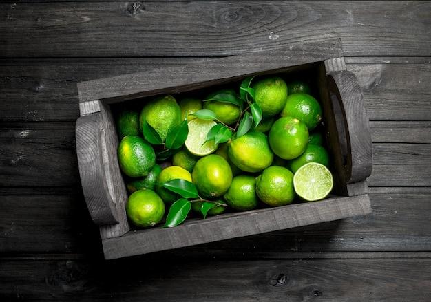 Limão fresco e suculento na caixa. em fundo de madeira