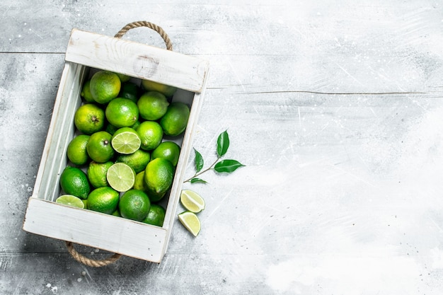 Limão fresco e suculento na caixa. sobre fundo branco rústico
