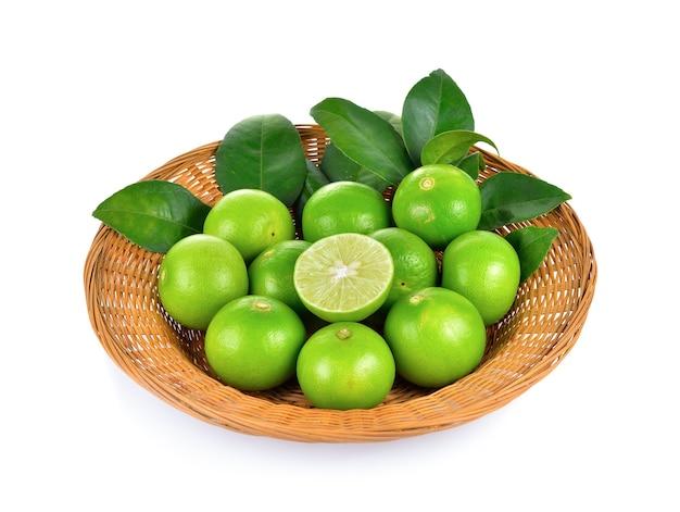 Limão fresco em branco