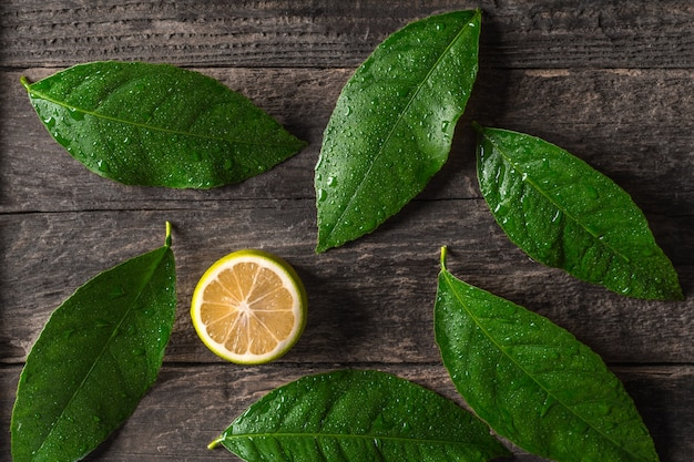 Limão fresco em fundo de madeira