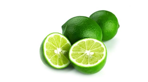 Limão fresco em um fundo branco