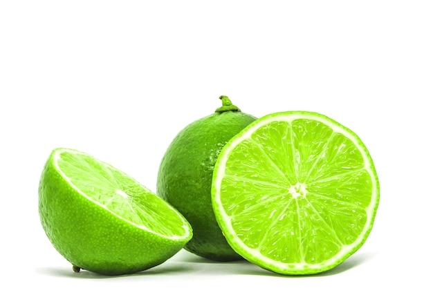 Limão fresco fatiado em fundo branco isolado