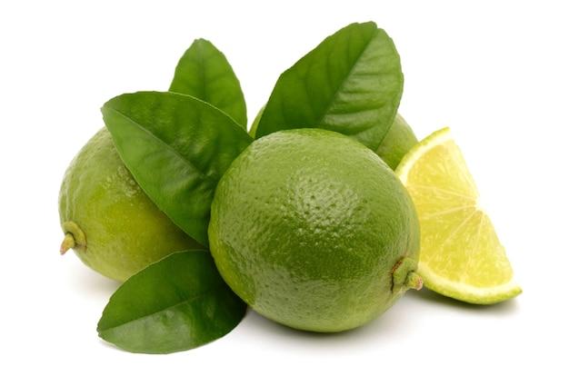 Limão fresco isolado em um fundo branco