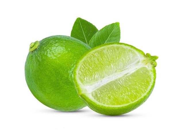 Limão fresco isolado no branco