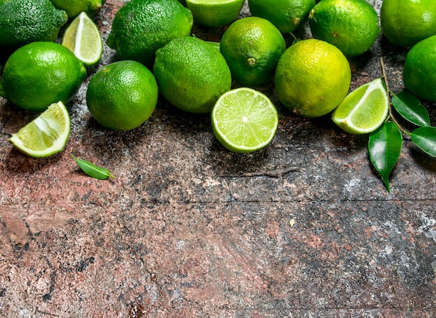 Limão fresco maduro com folhas. em fundo rústico