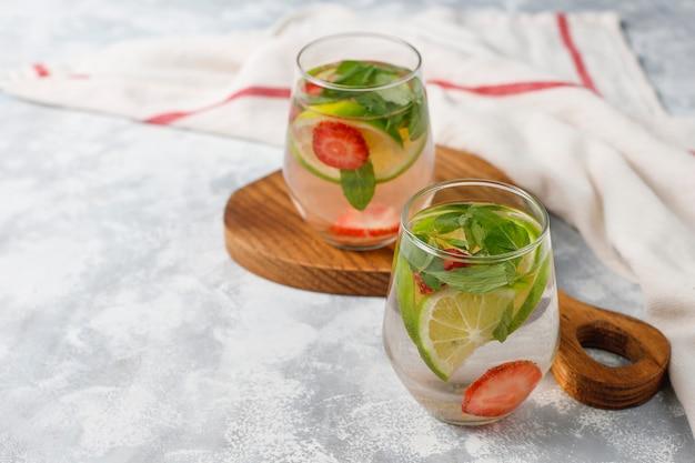 Limão fresco, morango e menta com infusão de água, coquetel, bebida de desintoxicação, limonada. bebidas de verão. conceito de cuidados de saúde.