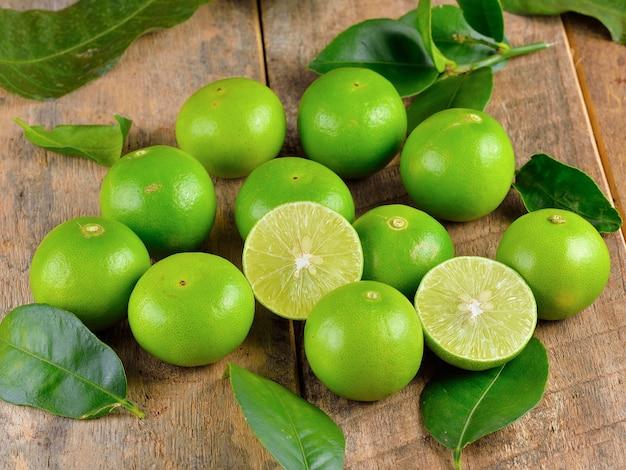Limão fresco na madeira