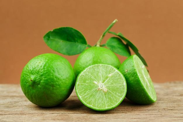Limão fresco na mesa de madeira sobre fundo marrom