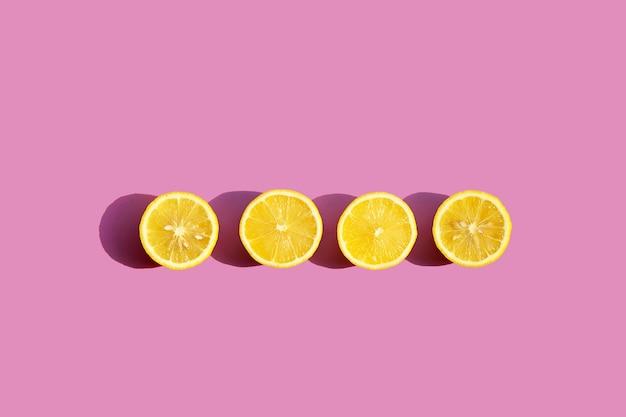 Limão fresco na superfície rosa