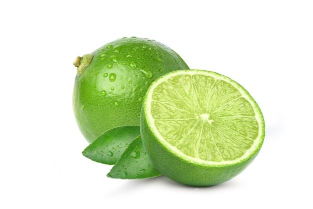 Limão fresco natural com corte ao meio e gotas de água isoladas no fundo branco.