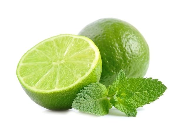 Limão fresco natural com hortelã isolado no branco