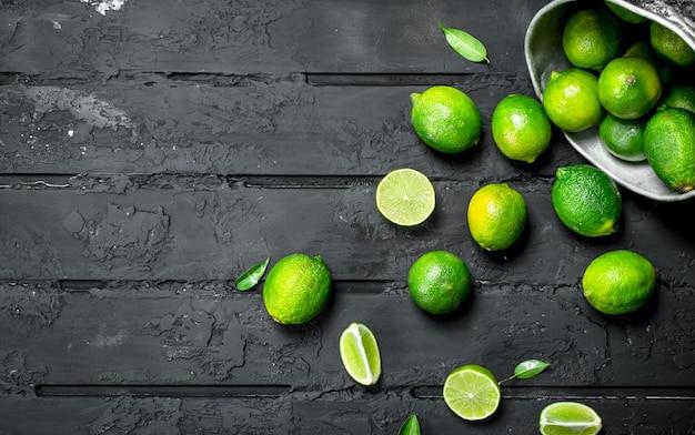 Limão fresco no balde. em fundo rústico