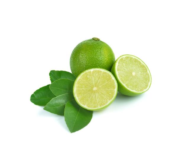 Limão fresco no fundo branco