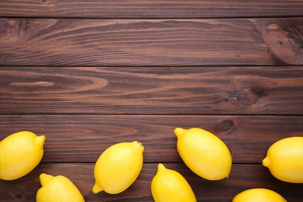 Limão fresco no fundo de madeira marrom. fruta tropical.