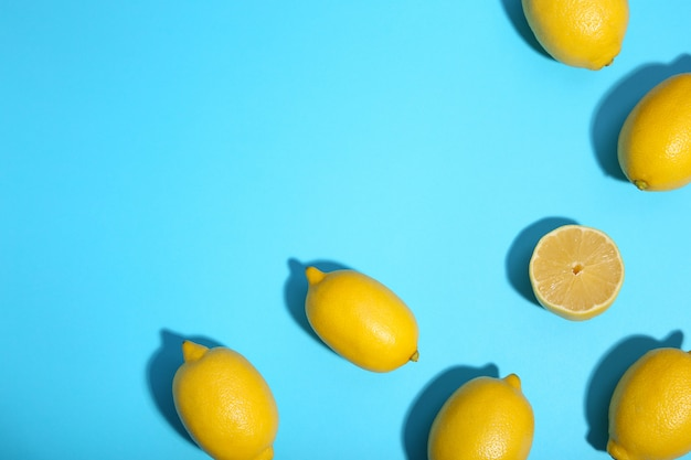 Limão fresco sobre fundo azul. fruta tropical.