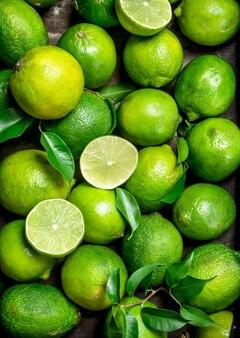 Limão fresco suculento com folhas. vista do topo