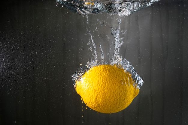 Limão, imerso, água