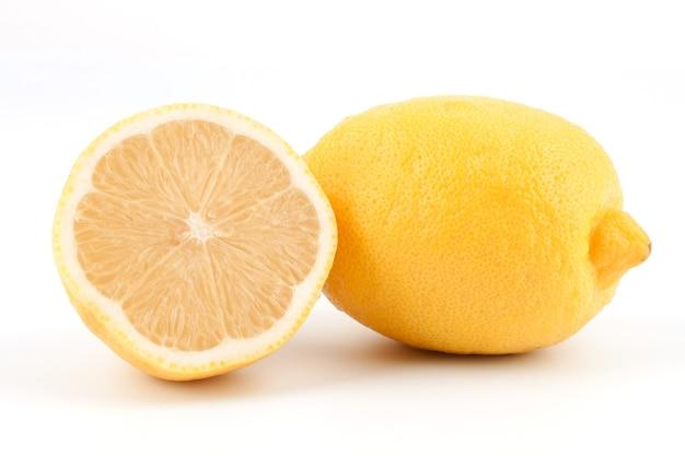 Limão inteiro e meio em um fundo branco