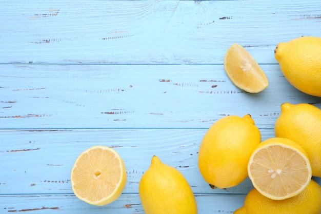 Limão isolado em fundo azul. fruta tropical.