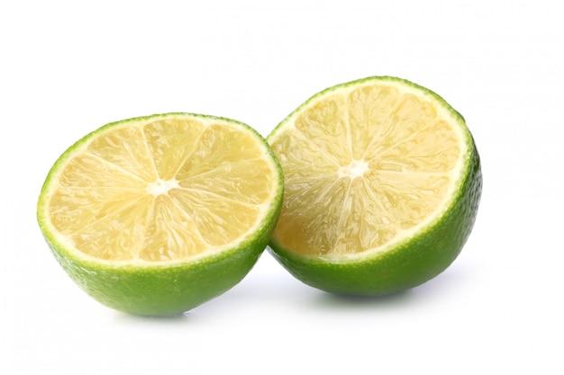Limão isolado em uma superfície branca