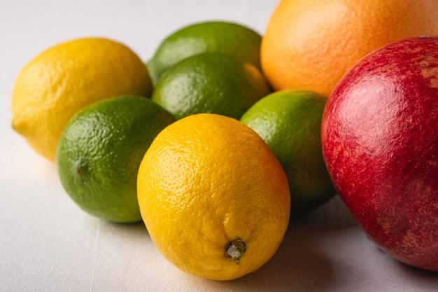 Limão, limão, toranja e romã em branco