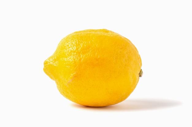 Limão maduro inteiro isolado no fundo branco.