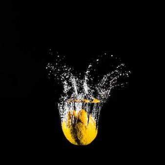 Limão mergulhando na água