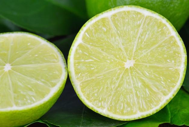 Limão na madeira