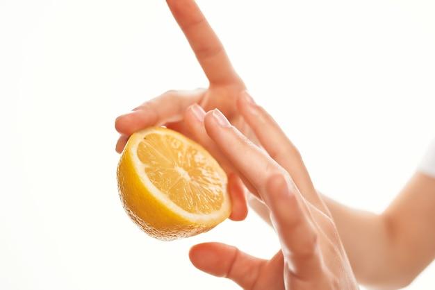 Limão na mão ingredientes para cozinhar frutas saudáveis