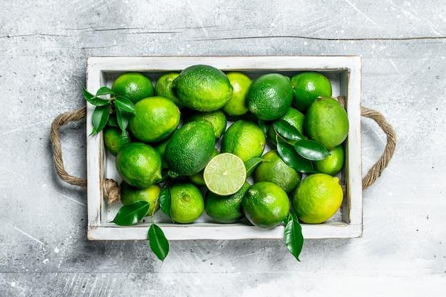 Limão perfumado com folhas em uma bandeja. em fundo rústico