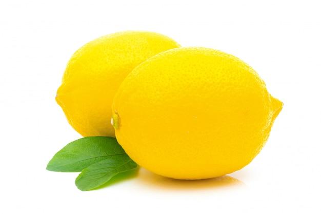 Limão refrescante em um branco isolado