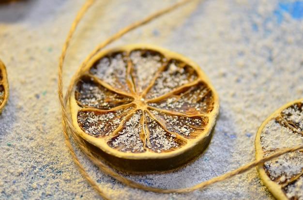 Limão seco em uma mesa de madeira
