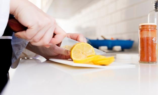 Limão sendo cortado