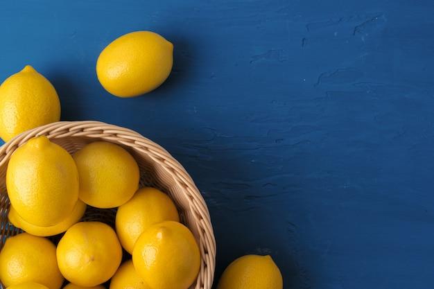 Limão sobre fundo azul clássico, vista superior