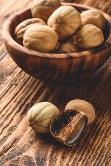 Limas secas na mesa de madeira. frutas inteiras e esmagadas