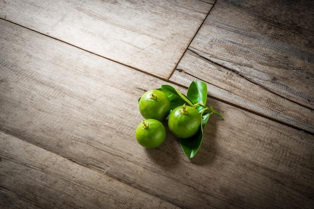 Limes frescos em madeira